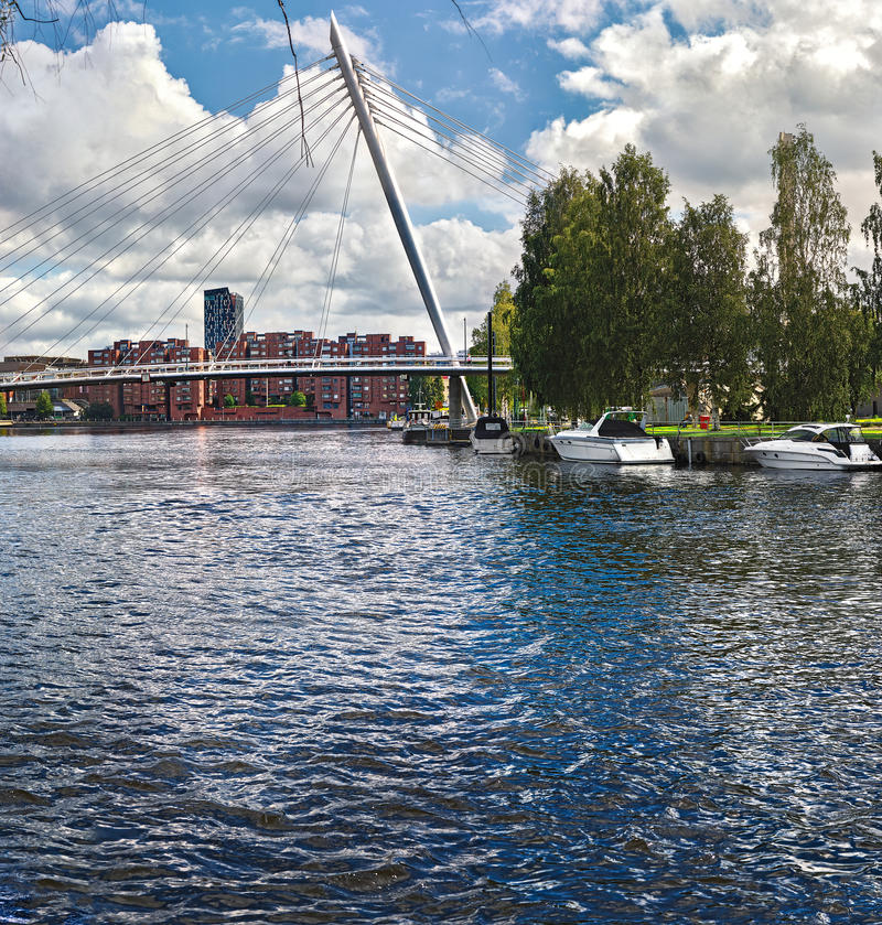 Mening van de brug over de rivier Tammerkoski (Finland, Tampere, de lente van 2015), met boten, stock foto