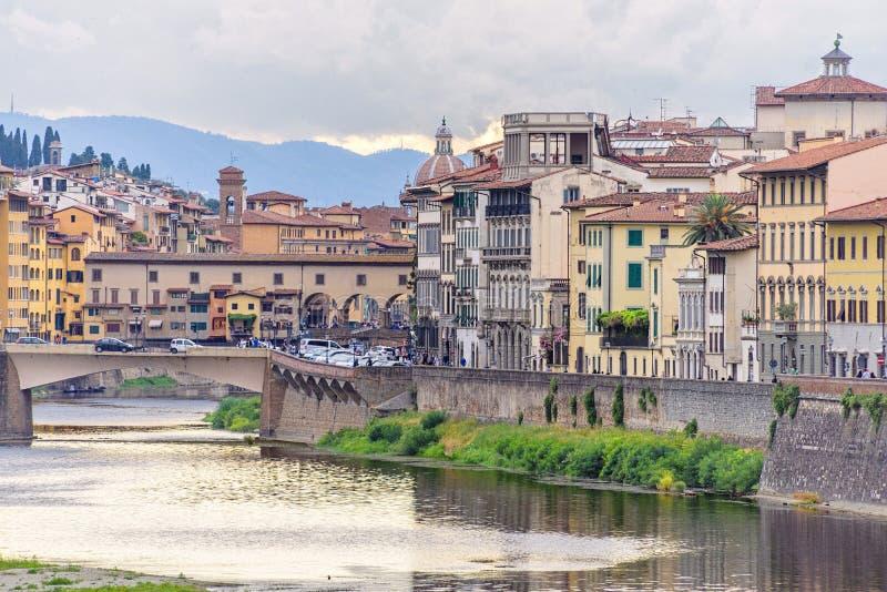 Mening van de daglicht de bewolkte dag aan Arno-rivier met zonsondergangbezinningen a stock fotografie