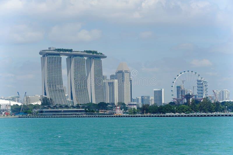 Mening van de de beroemde Marina Bay Sands-toevlucht en Vlieger van Singapore royalty-vrije stock foto's