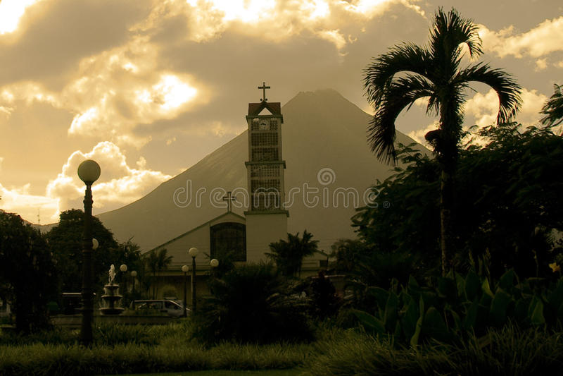 De Kerk van La Fortuna en Arenal Vulkaan stock afbeeldingen