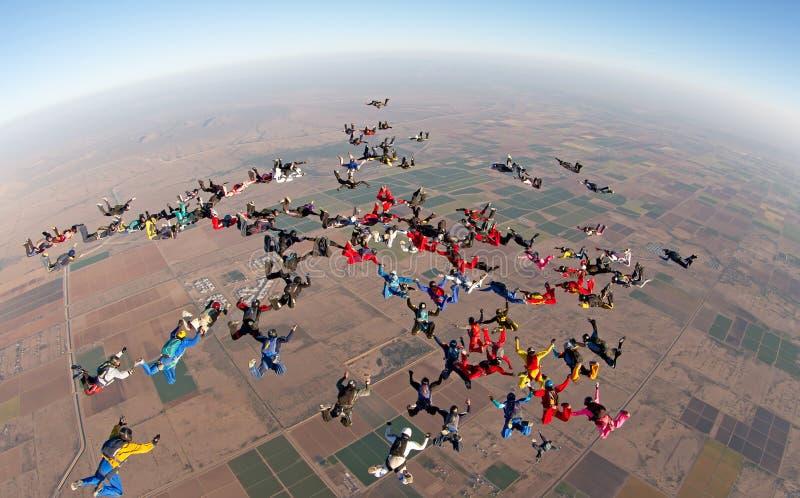 Mening van de de vormings hoge hoek van de Skydivings de grote groep stock foto