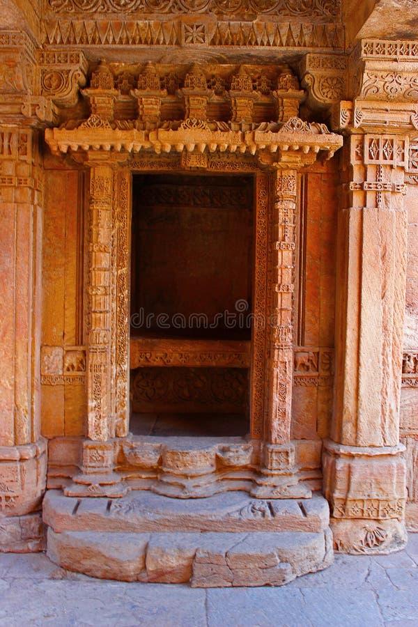 Mening van de decoratieve ingang van een balkon Adalaj Stepwell, Ahmedabad, Gujarat stock afbeelding
