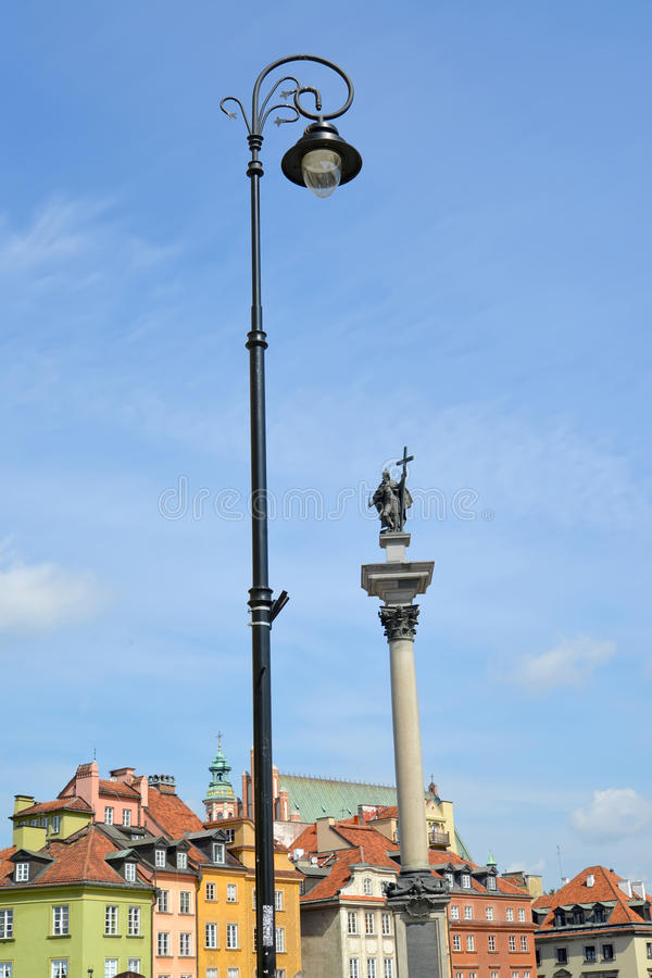Mening van de decoratieve straatlantaarn en de kolom van de koning Sigismund III Warshau, Polen stock foto