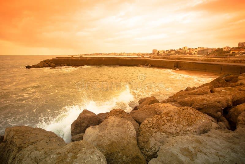 Mening van de dijk bij zonsondergang Estoril, Lissabon, Portugal royalty-vrije stock afbeelding