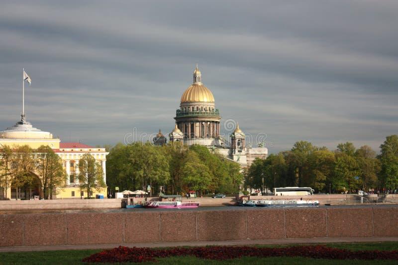 mening van de dijk en St Isaac Kathedraal in Petersburg royalty-vrije stock foto