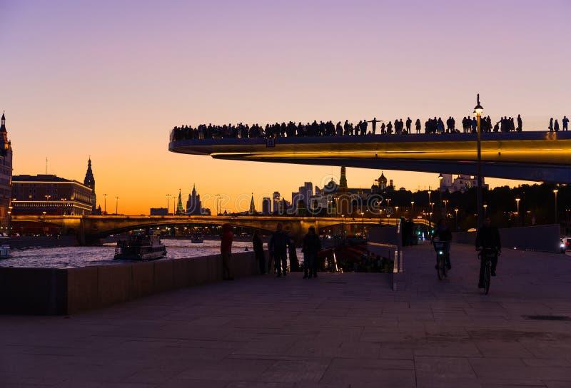 Mening van de de drijvende brug en rivier van Moskou bij zonsondergang royalty-vrije stock foto