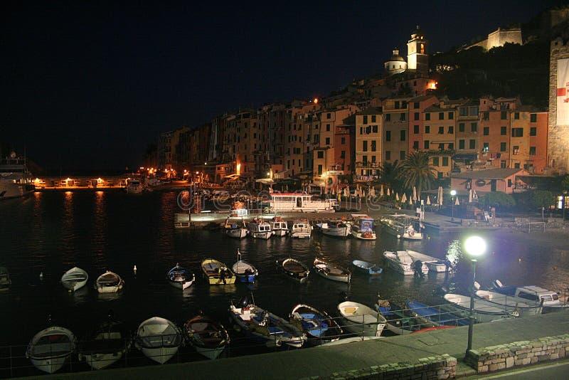Mening van de gebouwen van Portovenere ` s bij nacht en de haven met vastgelegde boten royalty-vrije stock afbeelding