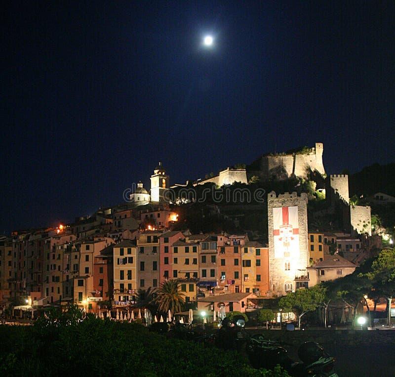 Mening van de gebouwen van Portovenere ` s bij nacht met maan met toren, kathedraal, kathedraal met kunstmatig licht wordt verlic royalty-vrije stock afbeelding