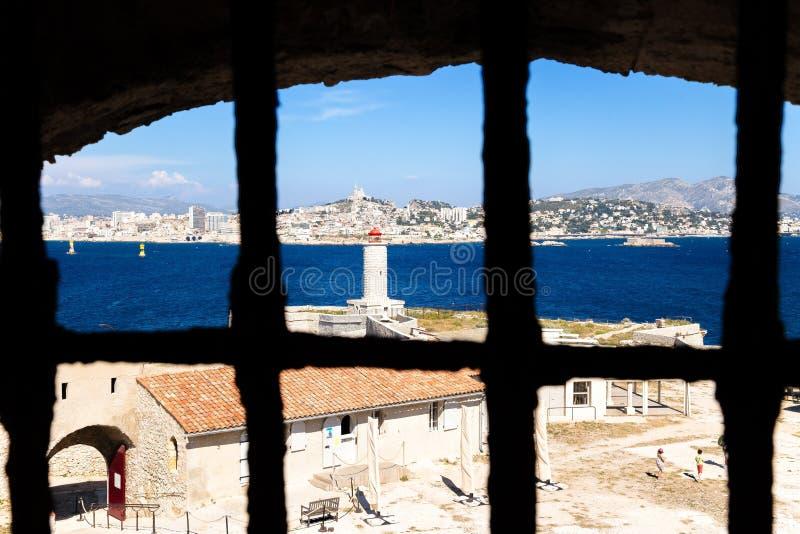 Mening van de gevangeniscel van Chateau d'If Op de achtergrond, Marseille, Frankrijk stock afbeelding