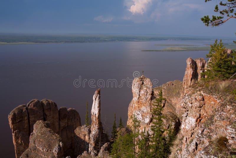 Mening van de grote rivier met de hoge rotsachtige kust stock fotografie