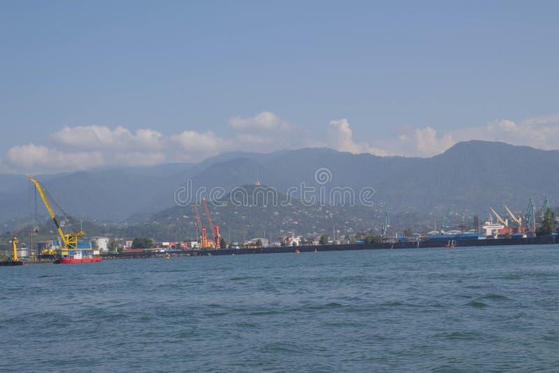 mening van de haven van Batumi met en bewolkte bergen op de kust van de Zwarte Zee in een zonnige dag stock foto's