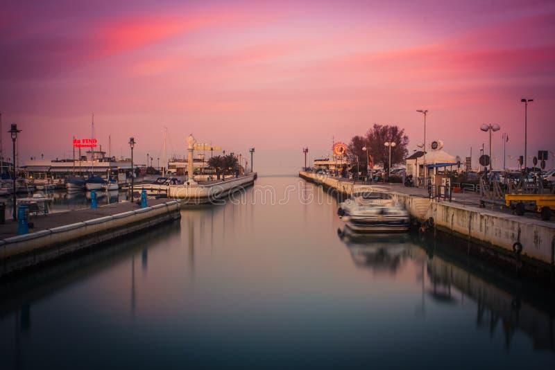 Mening van de haven bij zonsondergang Lang blootstellingsbeeld in Riccione, Emilia Romagna, Italië royalty-vrije stock fotografie