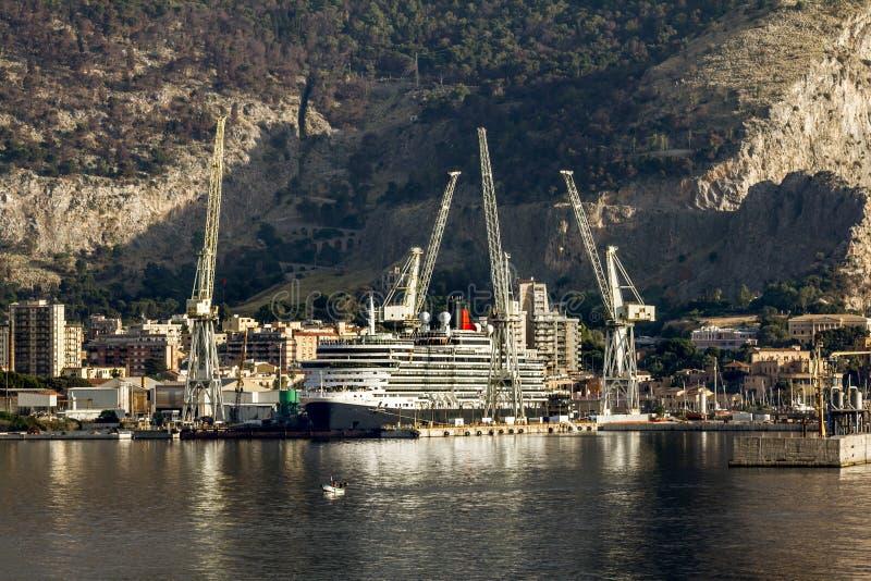 Mening van de haven en de schepen in Palermo sicilië stock foto