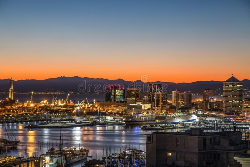 Mening van de haven van Genua bij zonsondergang, Italië stock afbeeldingen