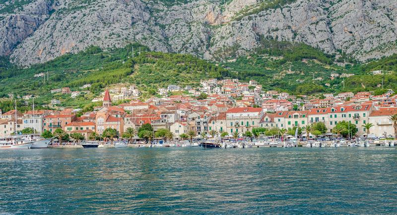Mening van de haven van de toevluchtstad van Makarska in de de zomerdag royalty-vrije stock afbeelding