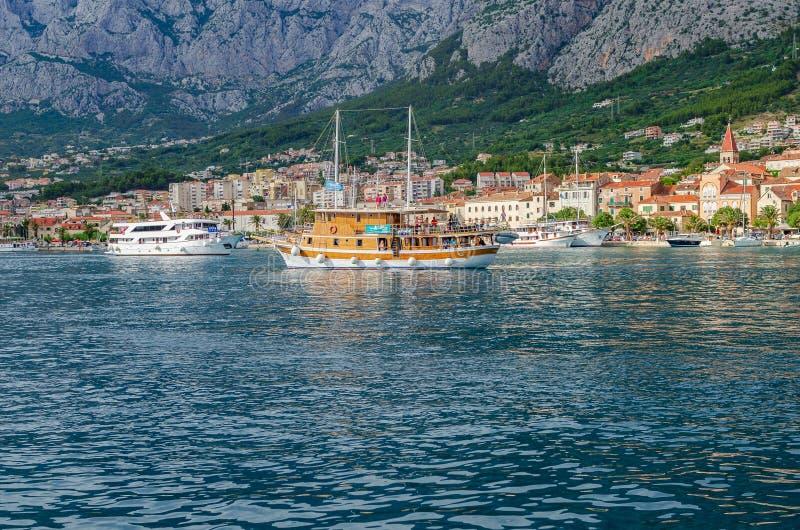 Mening van de haven van de toevluchtstad van Makarska in de de zomerdag royalty-vrije stock foto's