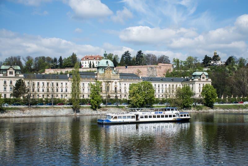 Mening van de het paleis en Vltava-Rivier met de Tsjechische Republiek van bootpraag stock foto's
