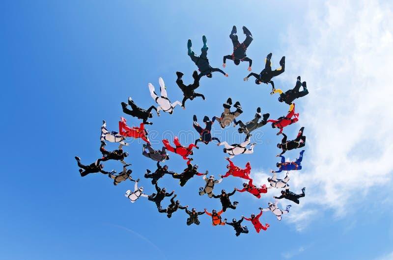 Mening van de het werk de lage hoek van het Skydivingsteam stock fotografie