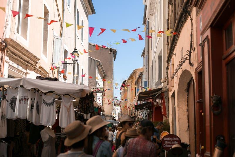 Mening van de het winkelen straat in de Provence stock foto