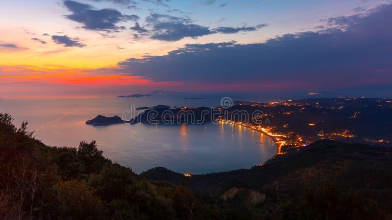 Mening van de heuvel aan Agios Georgios-baai met het lange strand bij het eiland van Korfu royalty-vrije stock foto