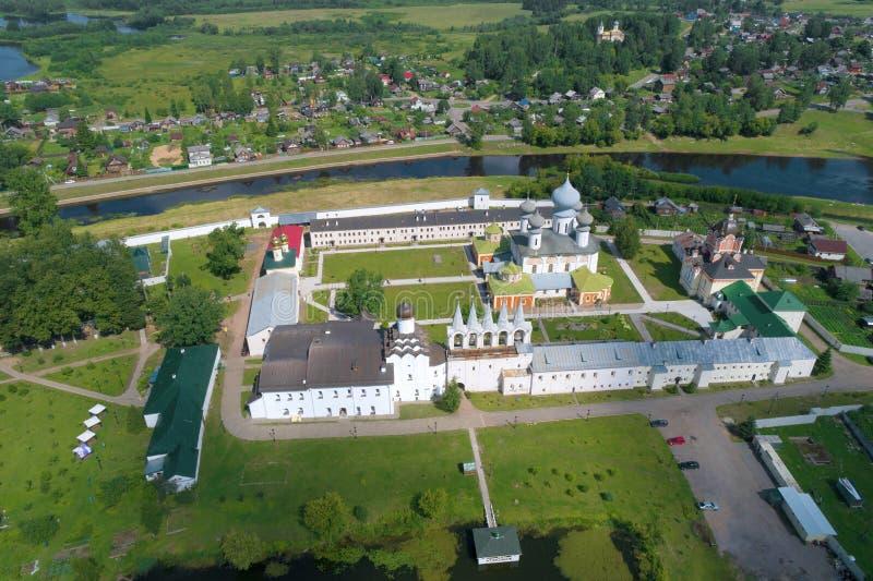 Mening van de hoogten op het de Veronderstellingsklooster van Tikhvinsky Bogorodichny Rusland royalty-vrije stock fotografie