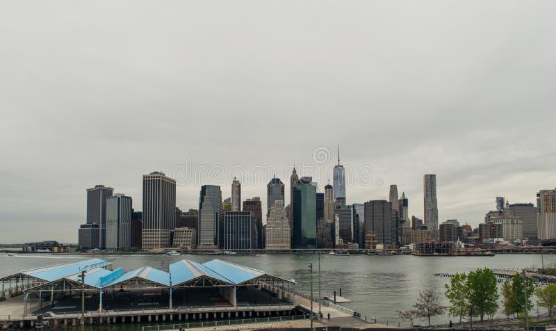 Mening van de horizon van Manhattan van de Hoogten van Brooklyn stock afbeeldingen
