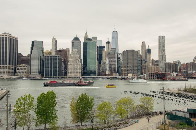 Mening van de horizon van Manhattan van de Hoogten van Brooklyn in Brooklyn, stock fotografie