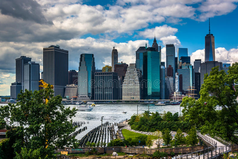 Mening van de horizon van Manhattan van de Hoogten van Brooklyn, New York royalty-vrije stock foto's