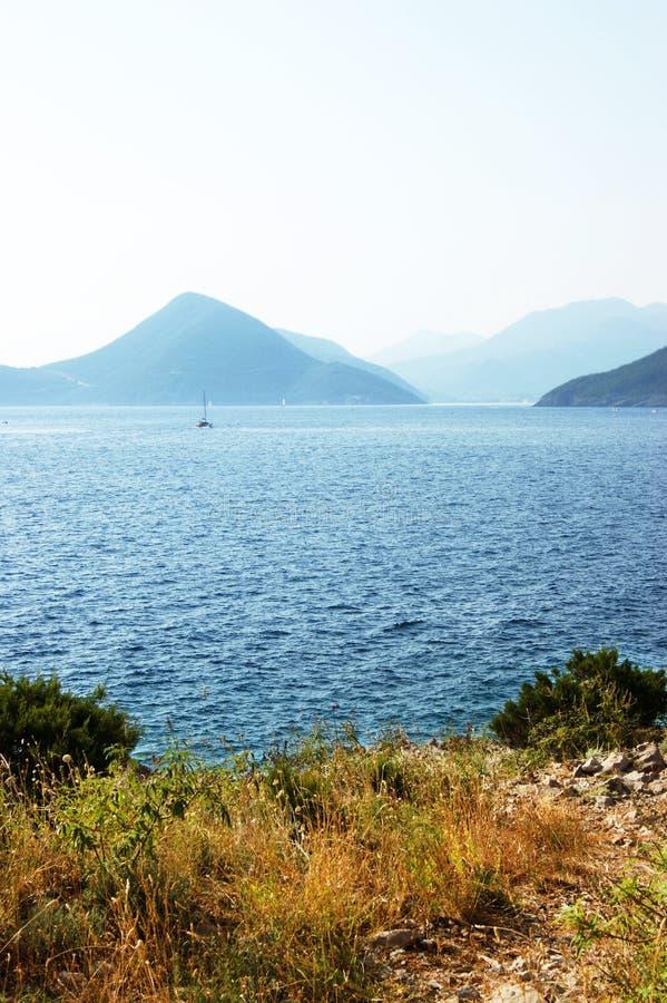 Mening van de ingang aan Boka-Baai (Montenegro) een zonnige de zomerdag stock afbeeldingen