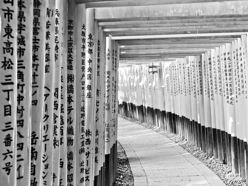 Mening van de Japanse toriiweg in Kyoto, Japan stock fotografie