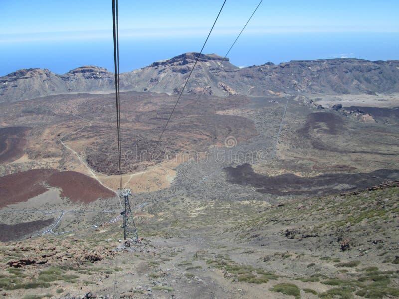 Mening van de kabelbaan op de vulkaan royalty-vrije stock afbeelding
