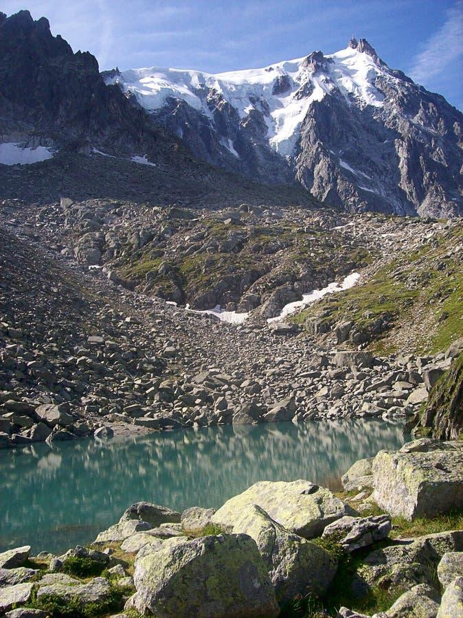 Mening van de kabelwagenpost van Aiguille du Midi op de Bovenkant van de berg in Chamonix France stock afbeelding