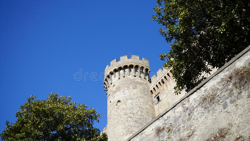 Mening van de kasteeltoren van Bracciano stock fotografie