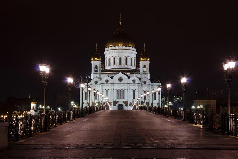 Mening van de Kathedraal van Christus de Verlosser in Moskou met Patriarshiy-brug bij nacht royalty-vrije stock afbeeldingen