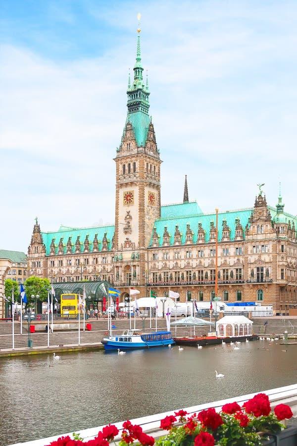 Mening van de kathedraal en het vierkant in dichte omhooggaand van Hamburg royalty-vrije stock afbeeldingen