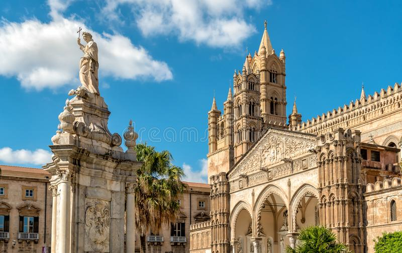 Mening van de Kathedraal van Palermo met Santa Rosalia-standbeeld, Sicilië royalty-vrije stock afbeeldingen