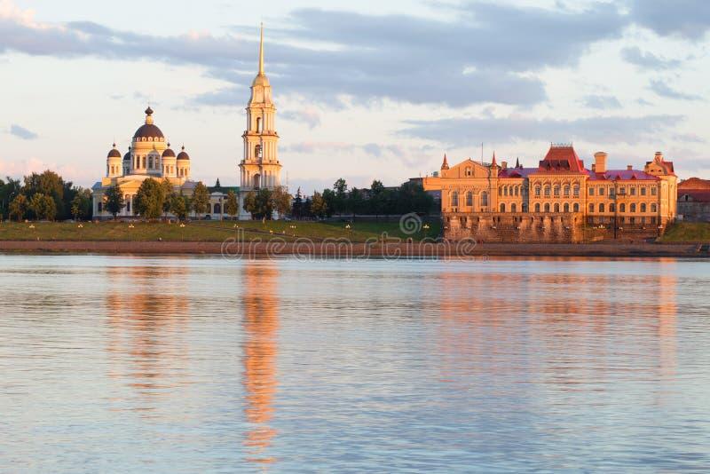 Mening van de Kathedraal spaso-Preobrazhensky en het gebouw van de graanuitwisseling Rybinsk, Rusland stock afbeelding