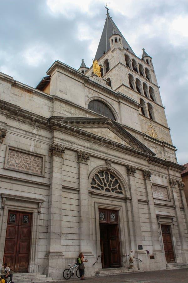 Mening van de kathedraal in stadscentrum van Annecy, kapitaal van Haute Savoie -provincie in Frankrijk royalty-vrije stock afbeelding