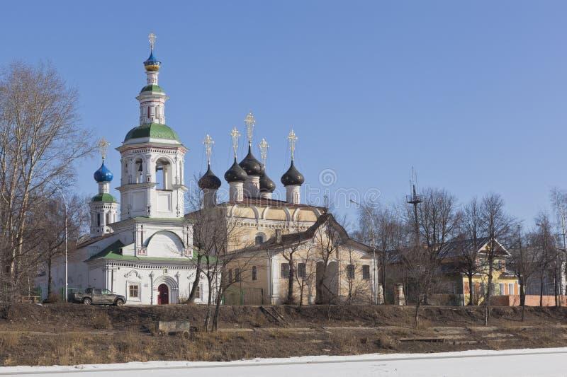 Mening van de Kerk van Dormition op Navolok en de kerk van St Demetrius Prilutsk in Vologda stock afbeelding