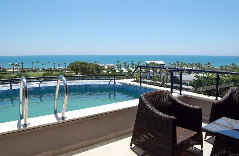 Mening van de kleine pool en het strand van het balkon van Turkis royalty-vrije stock afbeeldingen