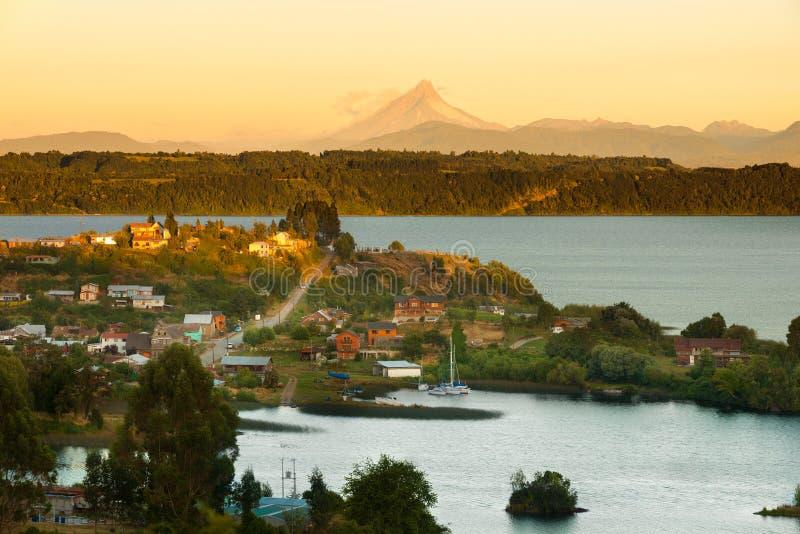 Mening van de kleine stad van Puerto Octay bij de kusten van Llanquihue-meer in zuidelijk Chili royalty-vrije stock fotografie