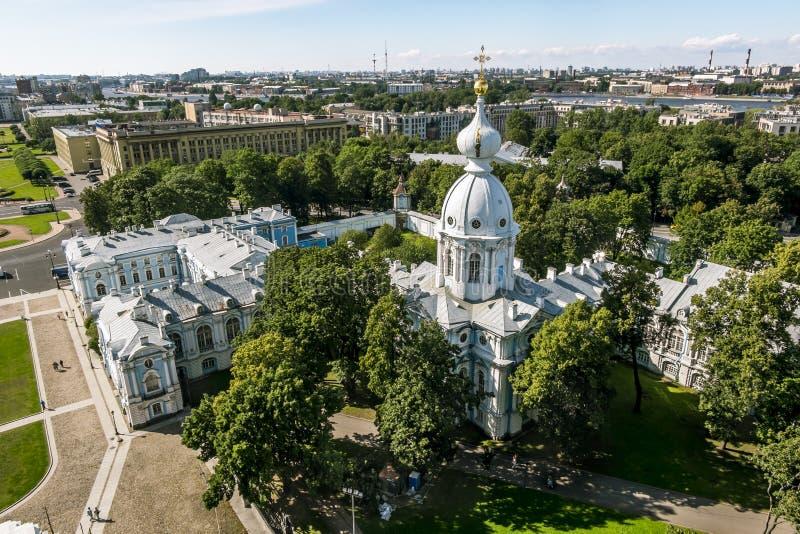 Mening van de klokketoren van de Smolny-Kathedraal in St. Petersburg C stock foto's