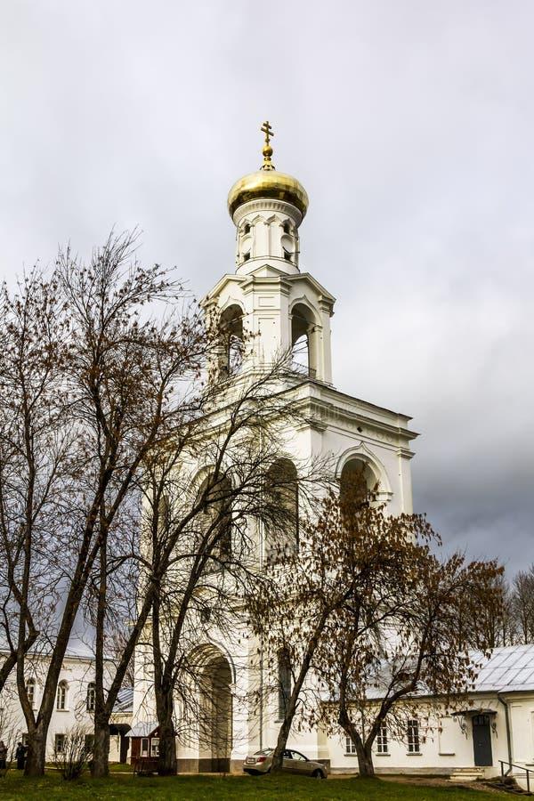 Mening van de klokketoren van het Yuriev-klooster in Veliky Novgoro royalty-vrije stock afbeeldingen