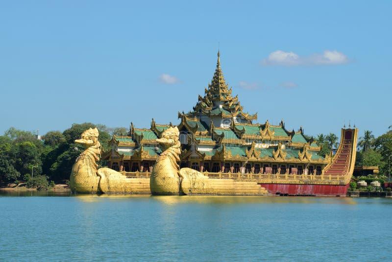 Mening van de koninklijke Karawait-aak op het Kandawgyi-meer in Yangon van de binnenstad myanmar stock foto