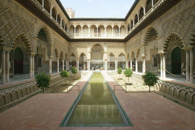 Mening van de Middeleeuwse tuin en de binnenplaats, het Terras DE las Doncellas, van Royal Palace, Sevilla die, Spanje, terug naa stock foto