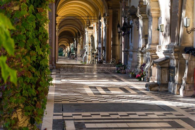 Mening van de mooie arcades of de colonnades in de Mirogoj-Begraafplaats in Zagreb, Kroatië stock afbeelding