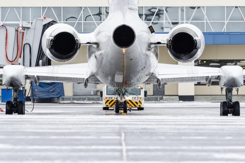 Mening van de motoren en de staart van de vliegtuigen wanneer duw terug bij de luchthaven stock foto