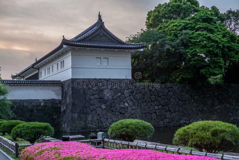 Mening van de muren van de Keizertuinen in Tokyo bij zonsondergang - 1 stock afbeelding