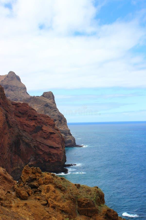 Mening van de oceaan-doorstane rotsen van Santo Antao - Cabo Verde stock afbeeldingen