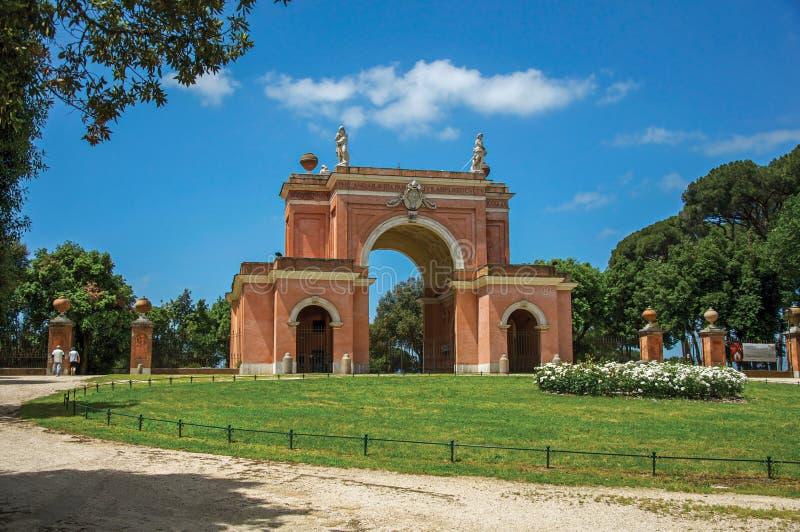 Mening van de ongebruikelijke voorgevel van theater in het Park van Villapamphili op een zonnige dag in Rome royalty-vrije stock fotografie